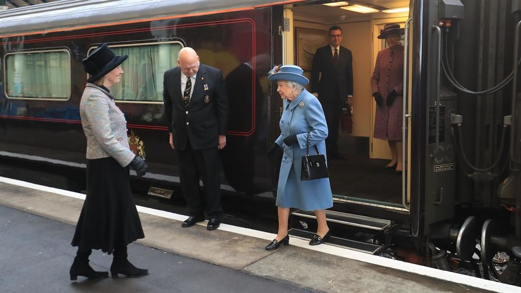 Queen welcomed to Hull during UK City of Culture visit