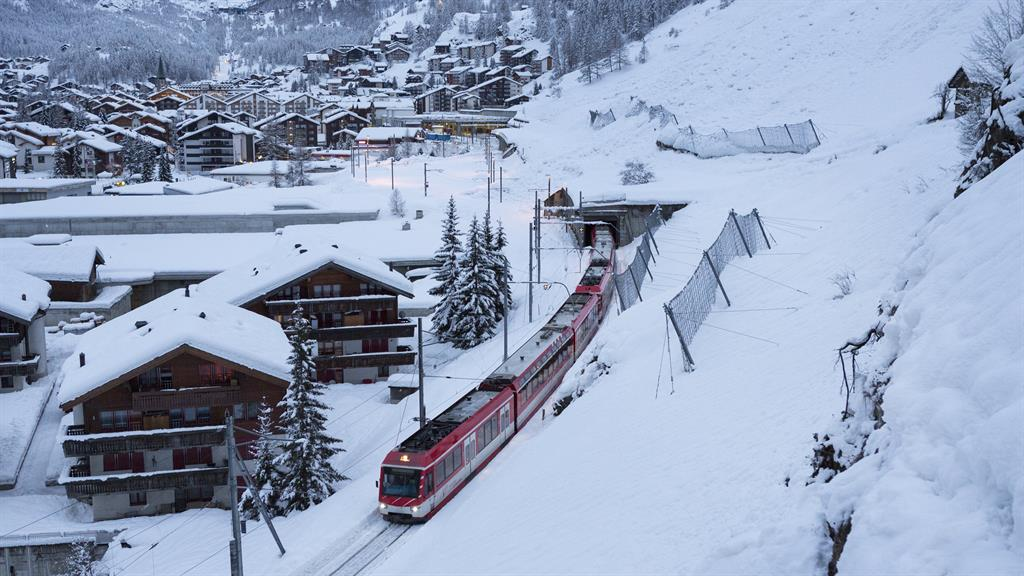 Heavy snow leaves thousands of tourists stranded at Swiss ski resort