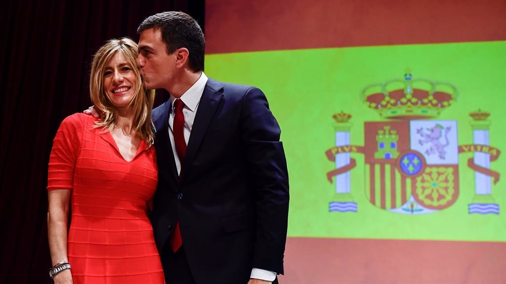 Kiss: Pedro Sánchez with wife María PICTURE: GETTY