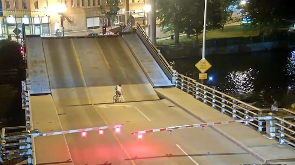 Video shows Wisconsin bicyclist falling into gap on lift bridge