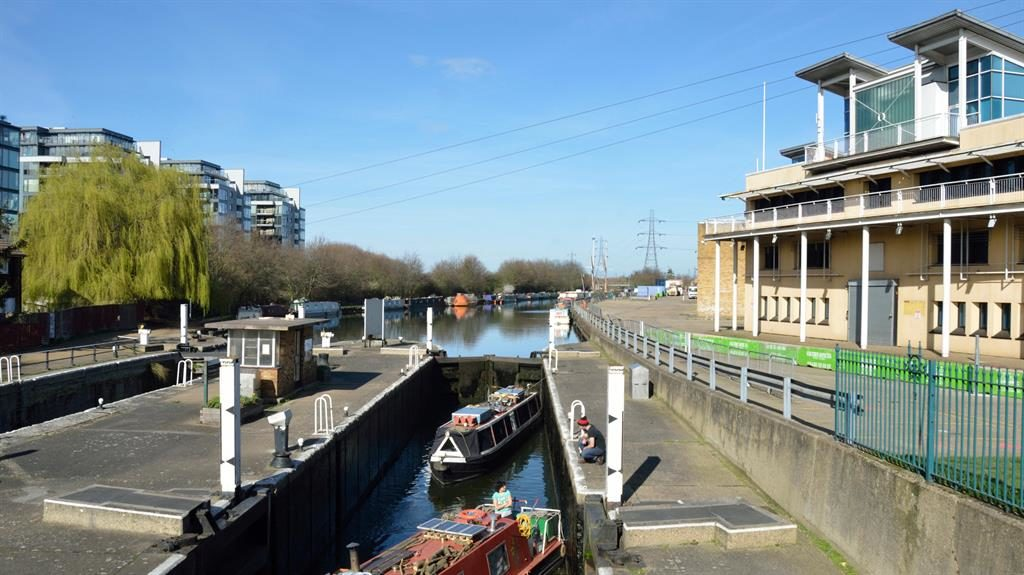 Tranquil: Open space by the River Lea PICTURE: ALAMY