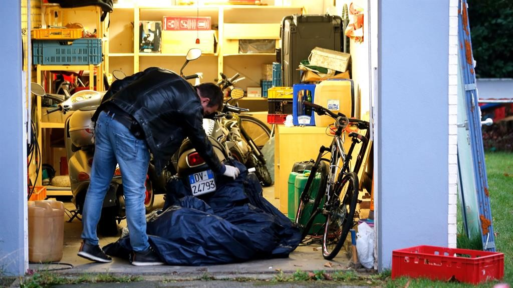 Seizures: Police search a garage in Pulheim, Germany