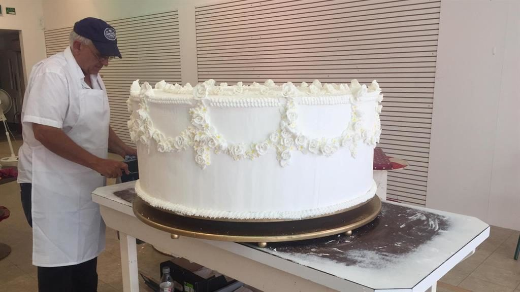 Whopping 22 Stone Cake Celebrates Queen Victoria S Wedding Metro