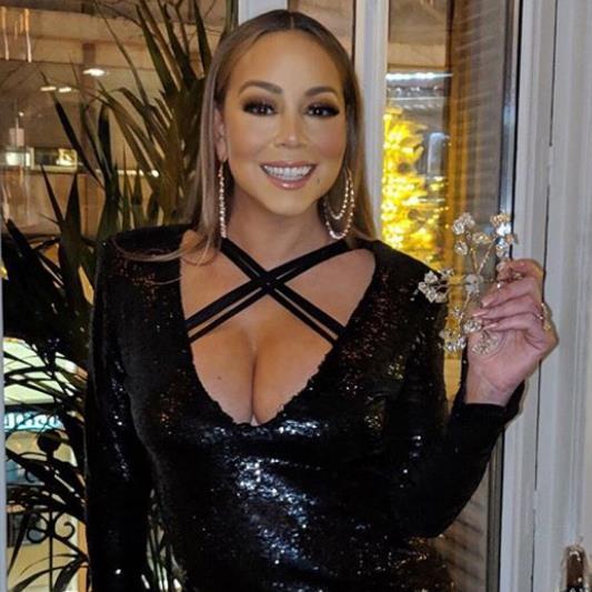 Mariah Carey starts singalong