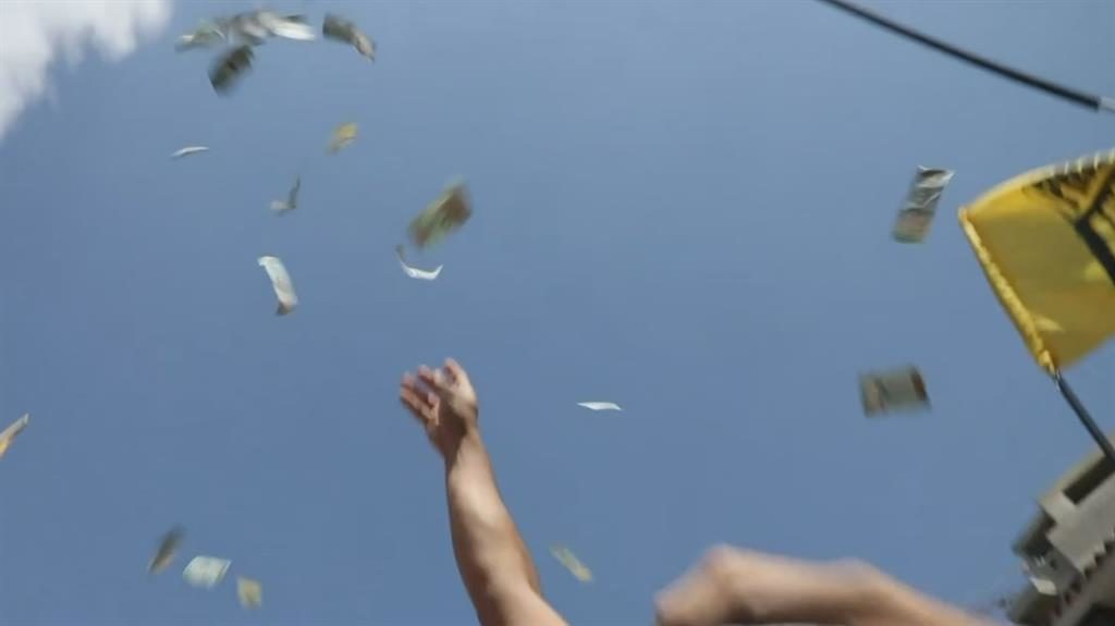 Inflation: Anti-government protesters throw 'useless' banknotes into the air