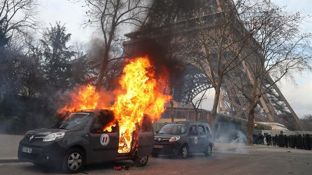 Violence mars yellow vest protest in Paris as unrest spreads to Rome