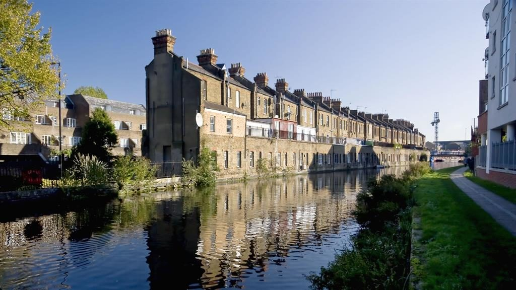 Water view: Houses backing on to Grand Union canal PICTURE: ALAMY