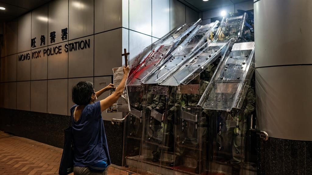 Hong Kong protesters shut down transport to and from airport