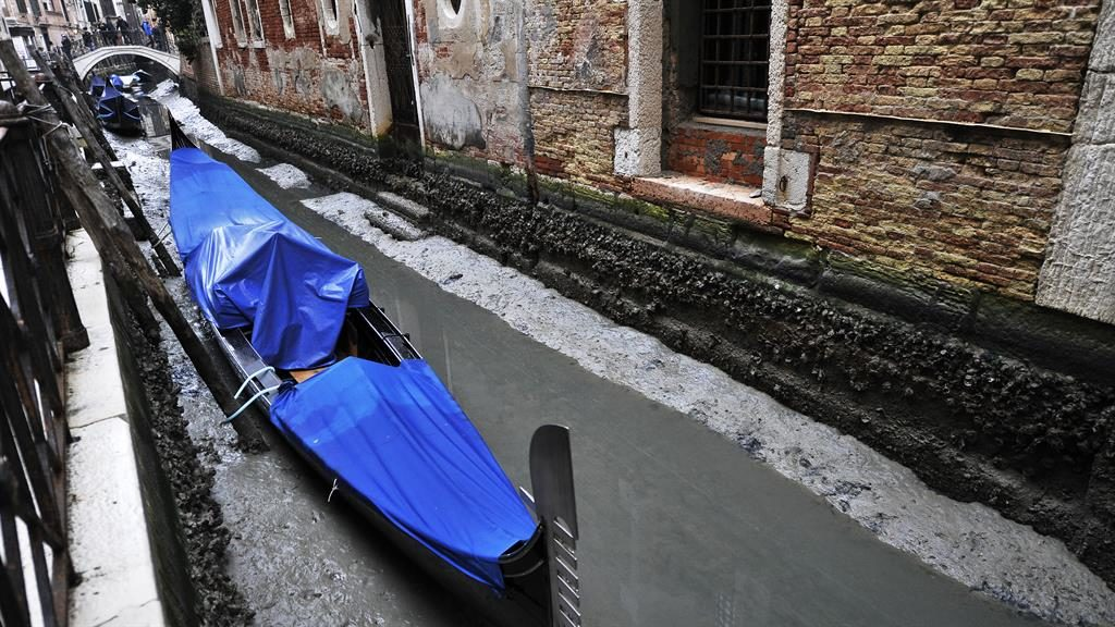 High and dry: Boats run aground as Venice's canals virtually dry up, two months after the city was submerged by floods PICTURES: VANTAGENEWS.COM