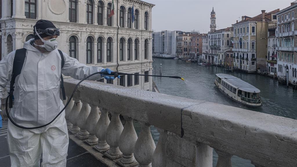 Coronavirus: Italy intensifies lockdown - English