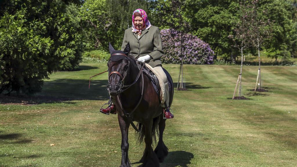 Queen Elizabeth goes horse riding in first appearance since virus lockdown