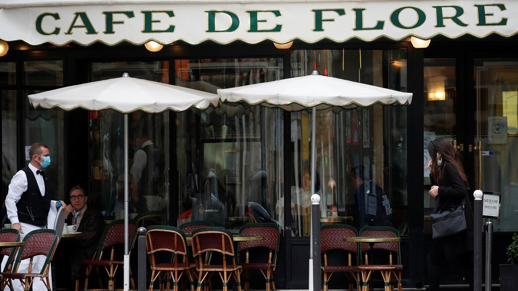 Paris, back on maximum coronavirus alert, closes bars but not restaurants