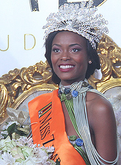 Miss Zim: Buyanga  steps out with brunette  The gentleman and his lady … Frank Buyanga arrives for Miss Zimbabwe with brunette