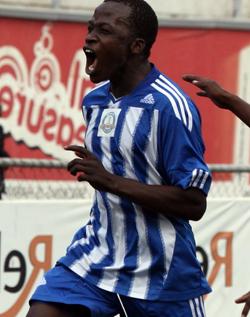Chafa to continue playing for Dynamos  Firmly behind Chafa … Dynamos Chairman Kenny Mubaiwa with a BancABC representative