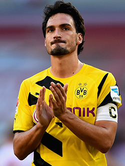 Manchester United table  bid for Hummels
