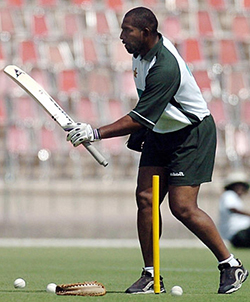 Former coach Phil  Simmons sues Zim Cricket for US$320,000