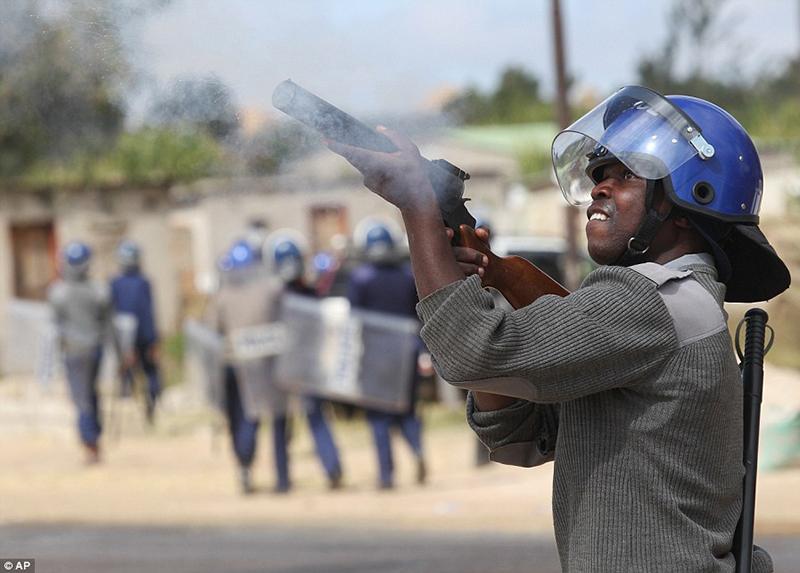 Tear smoke as anti-riot police quash Kwekwe student demo
