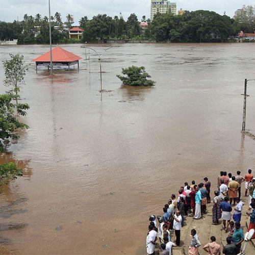 India monsoon floods 'kill more than 300' in Kerala