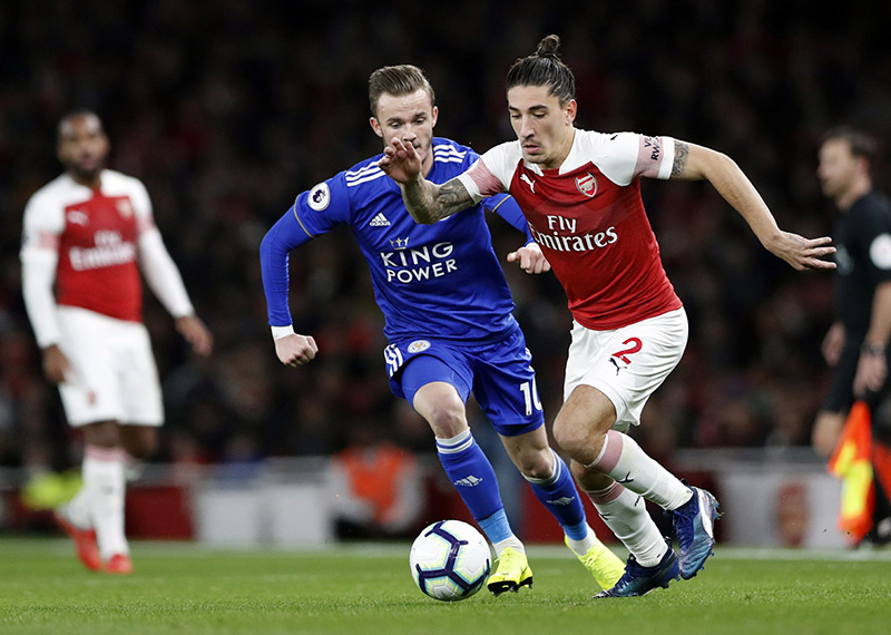 Brilliant Ozil helps Arsenal beat Leicester 3-1 for 10th straight win