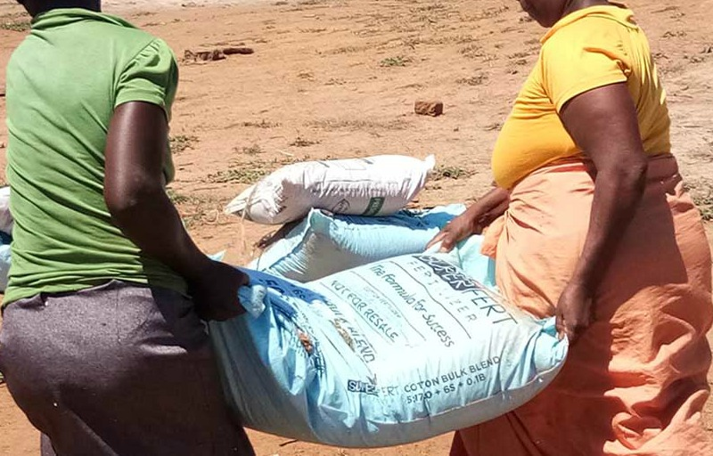 Villagers loot command agriculture bound fertiliser from broken down truck