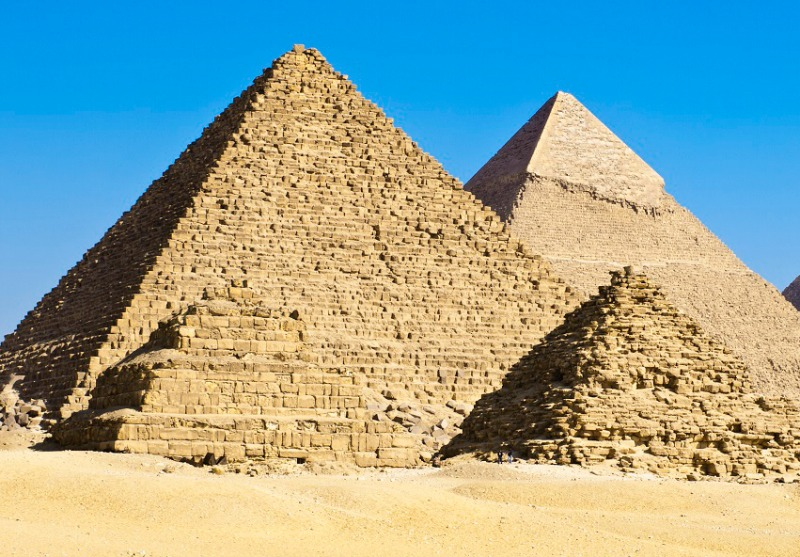 Couple pictured nude on top of Egyptian pyramid