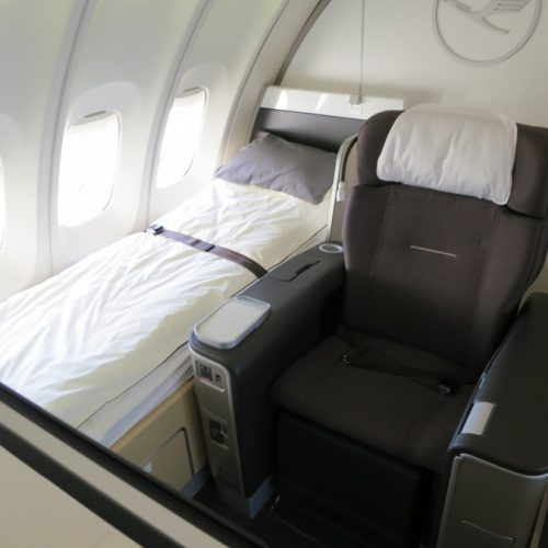 Man gives up 1st-class plane seat for mother with ill child