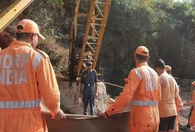 15 trapped miners feared dead in India