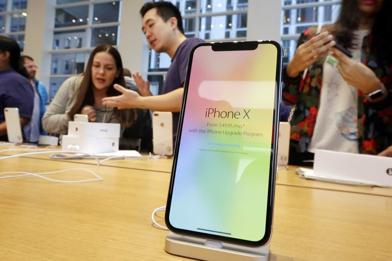 Apple sees further weakness in iPhone sales