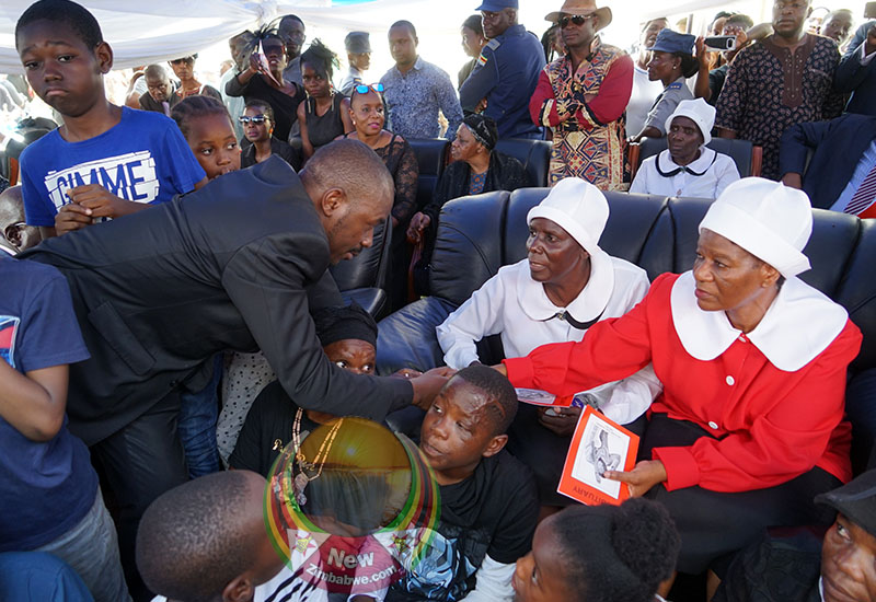 Chamisa steals show at Tuku's burial; MDC leader defies police attempts to bar him from proceedings
