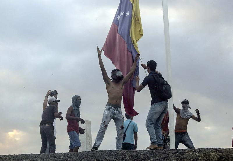 Venezuela crisis: Dozens injured in clashes in Caracas