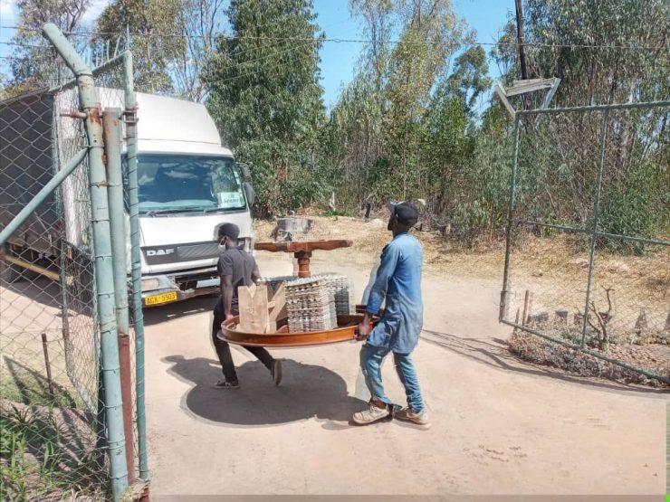 #Zimbabwe riot police storm farm, throw out white farmer