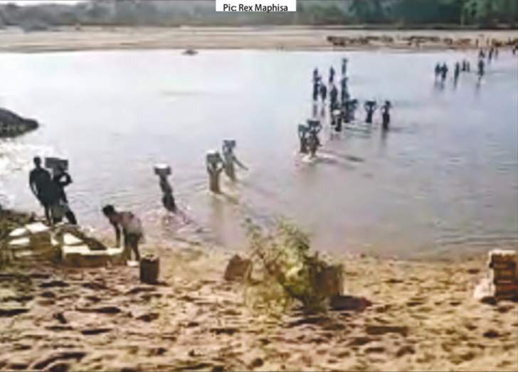Zimbabweans Using Canoes To Cross Crocodile-Infested Limpopo River