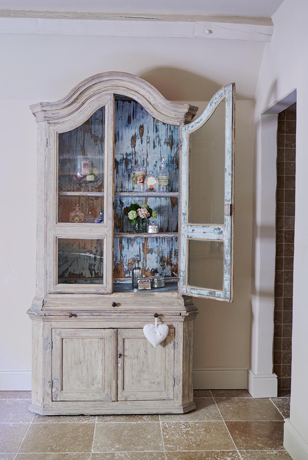 lieset-house-open-dresser