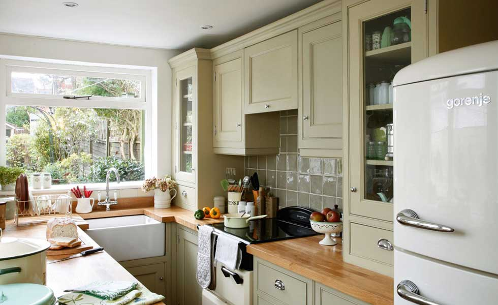 Gentil Small Kitchen With Green Cabinets