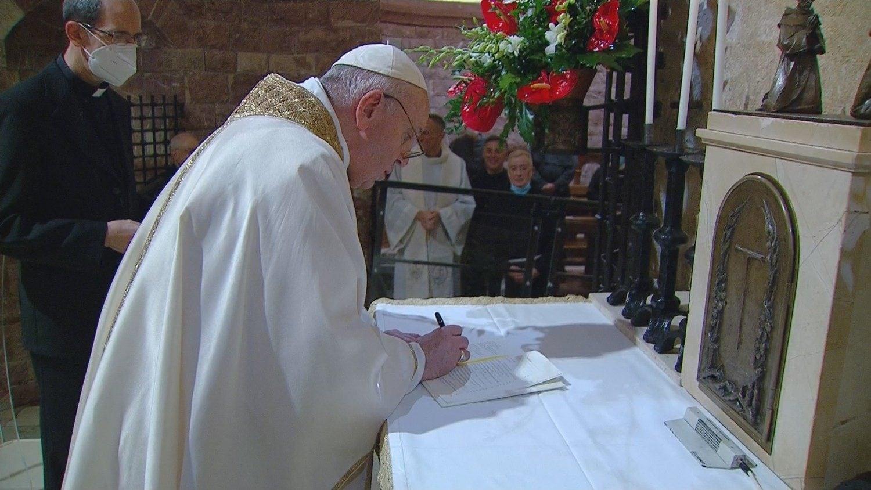 Papa Francisco a assinar a encíclica no sábado passado, em Assis.