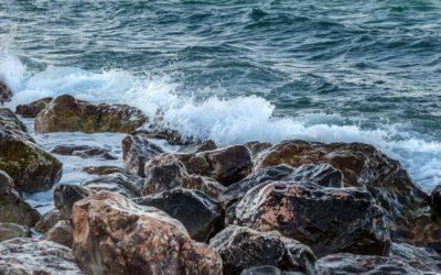 O mar que invade a terra adormecida