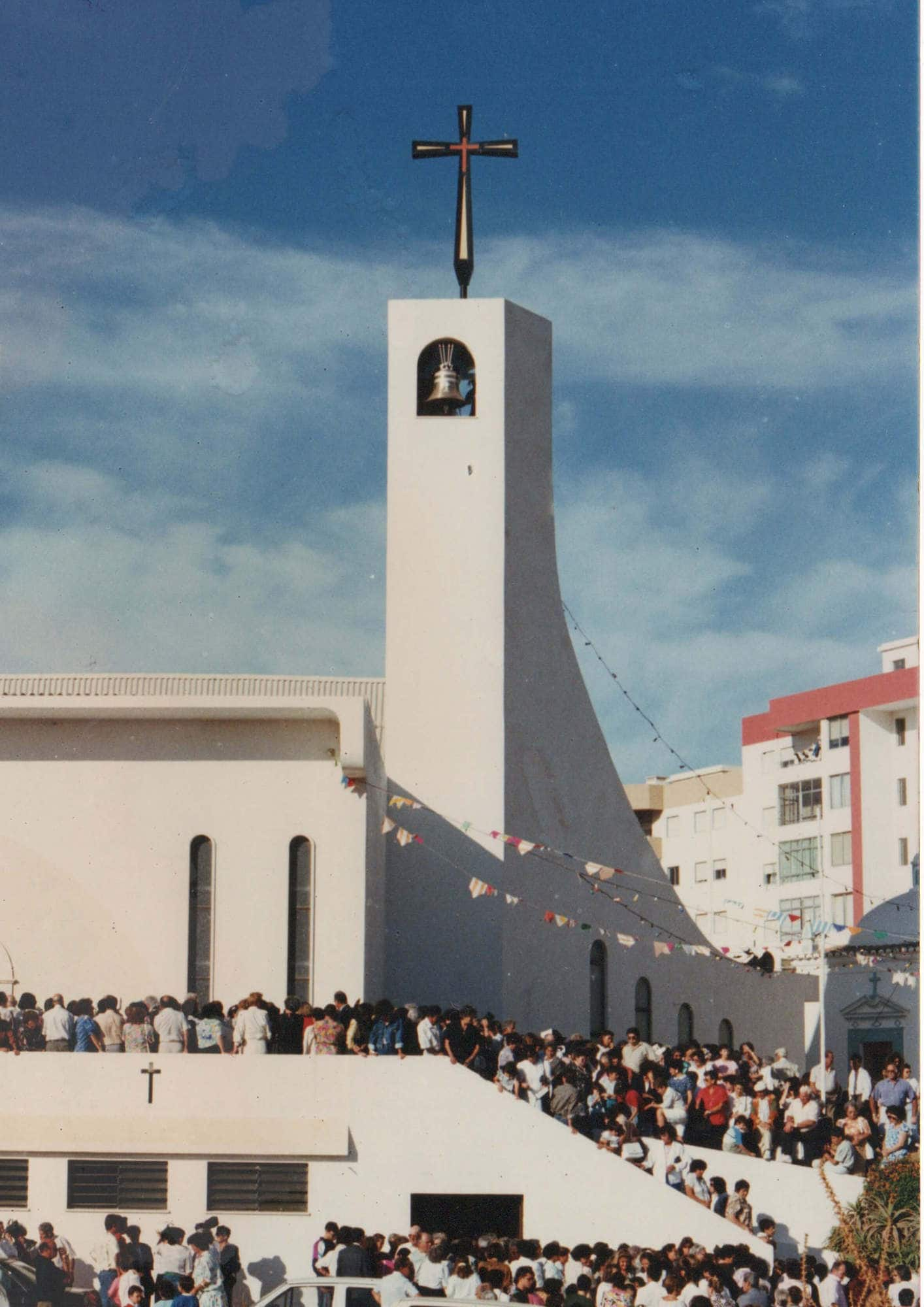 historia-igreja-c-multidao-sagracao-_