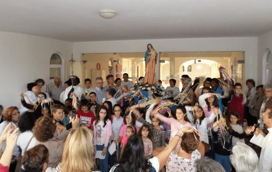 imagem-aclamada-a-entrada-do-centro-na-festa-da-paroquia-2015