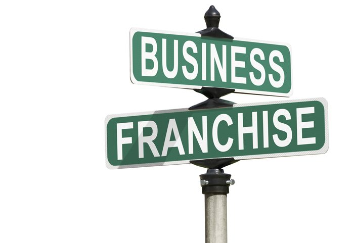 How does a supply chain operate in a franchise business model?