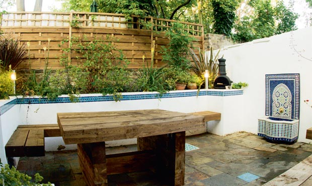 Garden design made easy courtyards and patios real homes for Better homes and gardens courtyard ideas