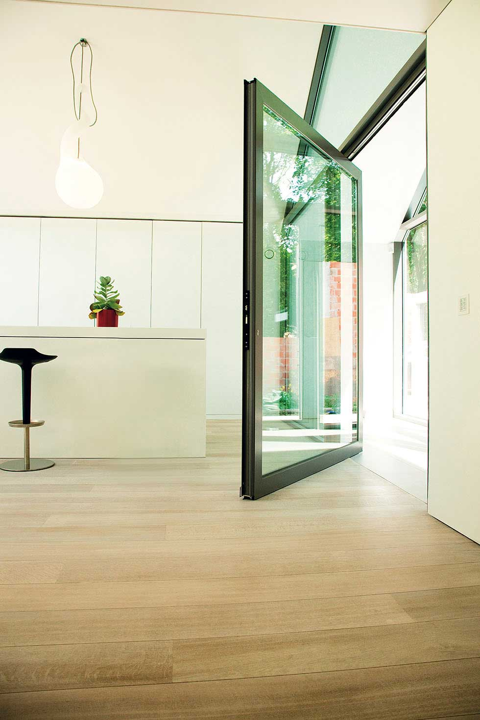 3_Reynaers-at-Home-pivot-door-1
