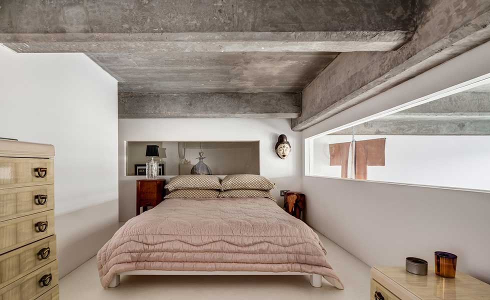Mezzanine-bedroom-concrete-ceiling