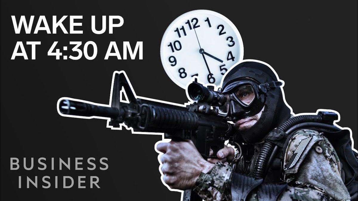 Perché dovreste svegliarvi alle 4:30 del mattino ogni giorno, secondo un Navy SEAL | Business Insider