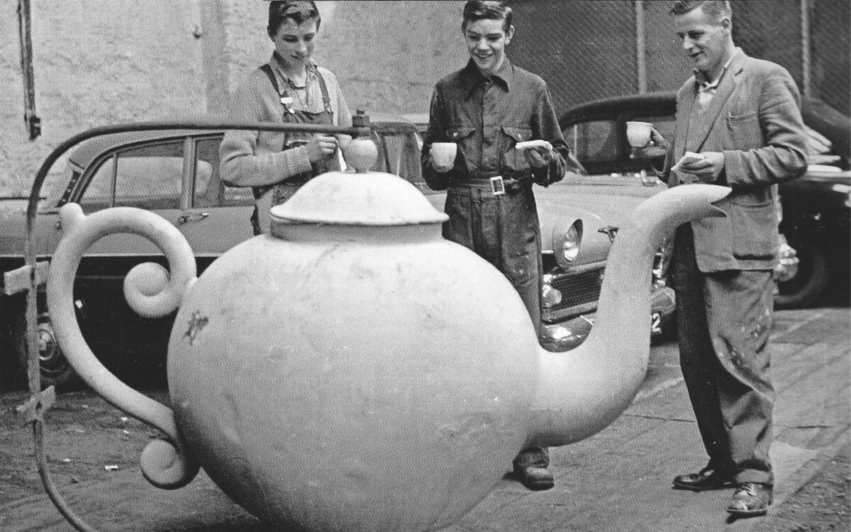 Golden teapot sign, repair 1963, Derry/ Londonderry,photo courtesy of Derry Journal