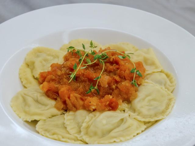 İçim Beyaz Peynir ve Köz Patlıcanlı Ravioli, Domates Sos ile