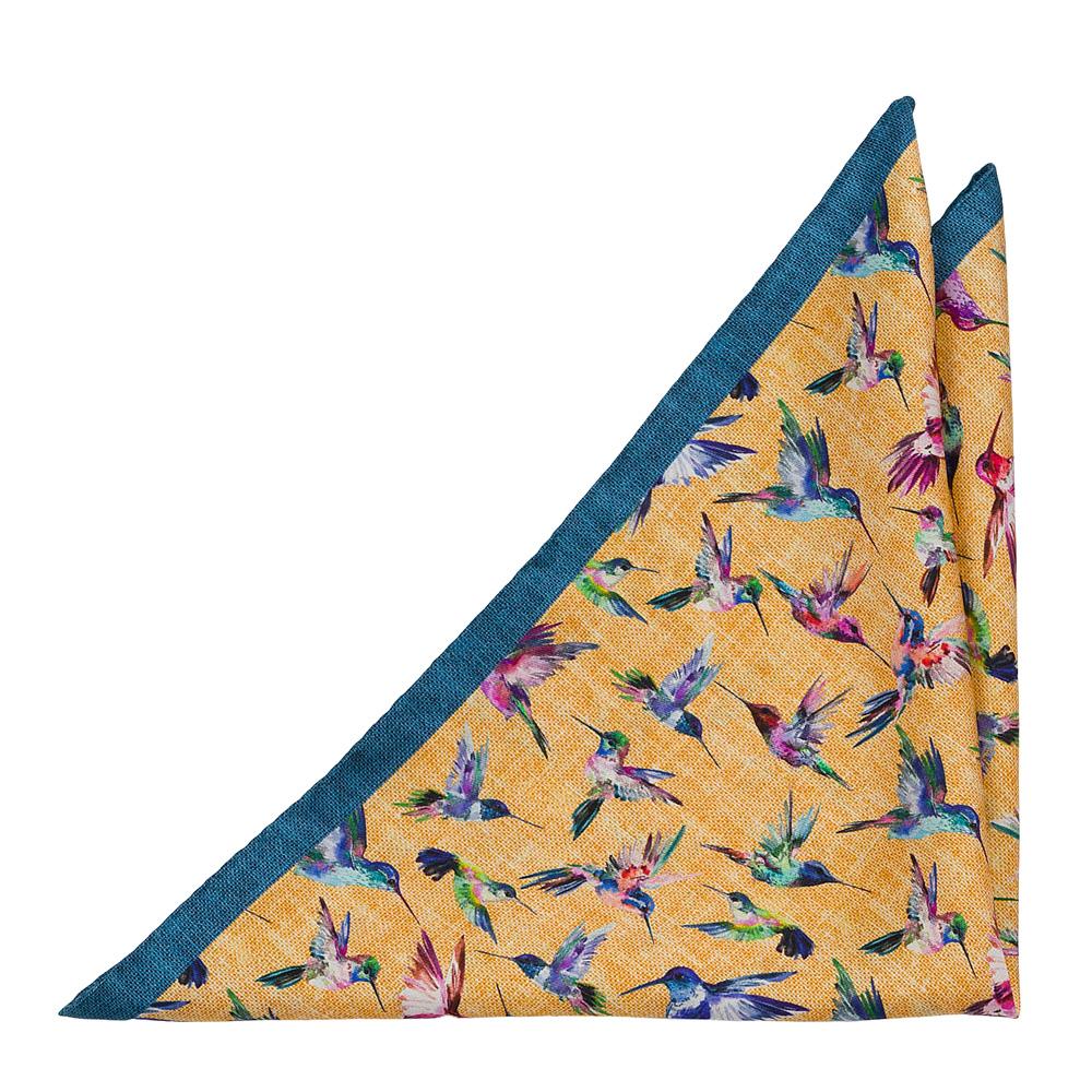 Bröstnäsduk i Siden - Flerfärgade kolibrier på honungsgul bas