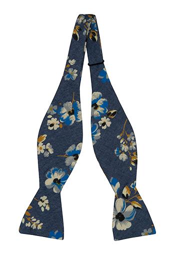 Oknuten Fluga i Bomull - Jeansblå med blommor i vitt, blått och senap