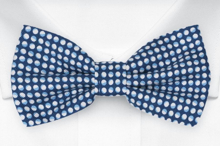 Knuten Fluga i Siden - Små, ljusblåvita, eklipsaktiga cirklar på blå bas