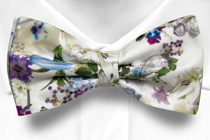 Knuten Fluga i Siden - Blå, vita och lila blommor på vitt - Notch FESTOSO Blue