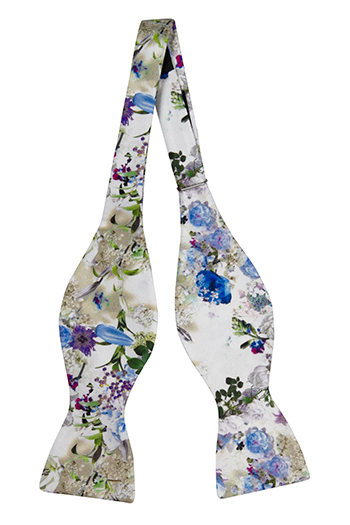 Oknuten Fluga i Siden - Blå, vita och lila blommor på vitt - Notch FESTOSO Blue